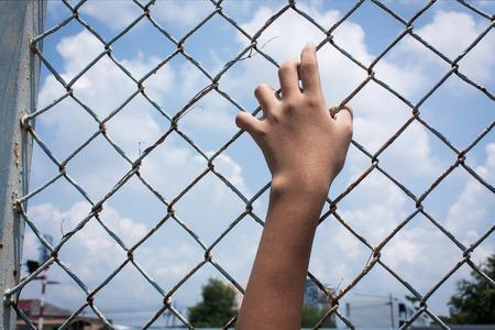 justicia: muchacha asi�tica y triste c�rcel asimiento de la mano