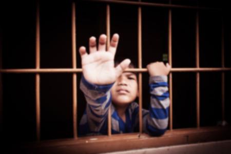 carcel: tono de época borrosa, el concepto de parada de la intimidación, asiático mano muchacho en la cárcel