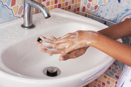lavandose las manos: muchacha asiática de lavar la mano