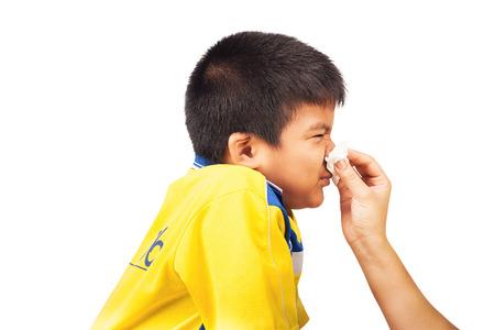 personne malade: Mère nettoyer le nez à son fils. Banque d'images