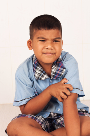 Little boy itchy his leg Stockfoto