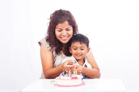 madre e hijo: Madre e hijo con la torta de cumpleaños