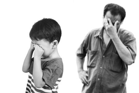 niños malos: niño asiático enojado a su padre, el tono blanco y negro