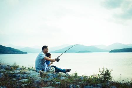hombre pescando: hijo y padre de la pesca en la presa, el tono de la vendimia