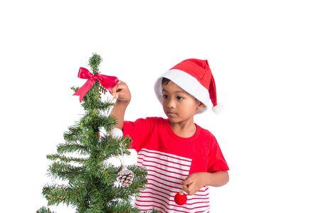 Ragazzino sveglio che decora l'albero di Natale