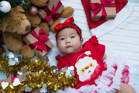 familia orando: Cute little girl newborn with decorating Christmas tree