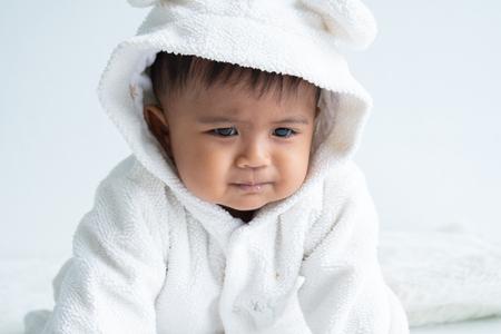 Schattige kleine babyjongen constipatie Stockfoto