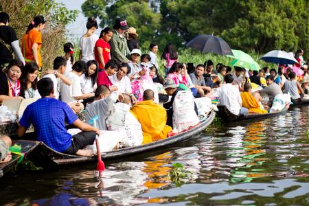 limosna: BANGKOK TAILANDIA: Muchas personas dan limosnas a un monje budista en tradiciones festival de Tailandia Bangkok