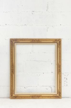 marcos decorados: marco de oro en la pared blanca de ladrillo
