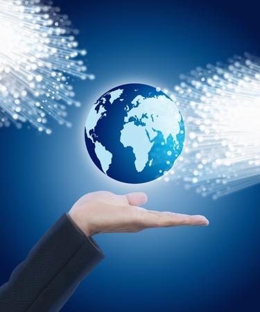 fibra óptica: Mano que sostiene mundo con fibra óptica Foto de archivo