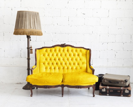 muebles antiguos: sof� de cuero en la habitaci�n blanca Foto de archivo