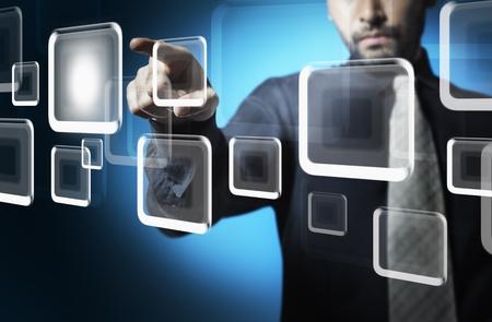 innovativ: Business-Mann Touch Screen-Taste
