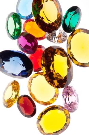 gemas de colores sobre fondo blanco