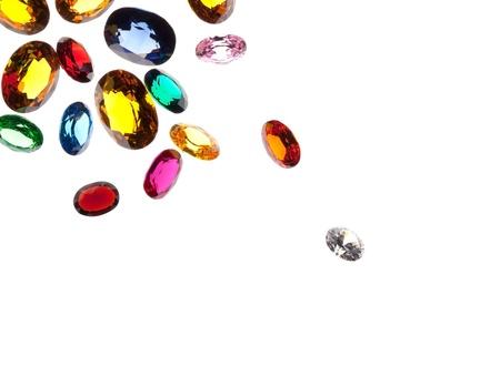 zafiro: Close up de piedras preciosas que caen aislados sobre fondo blanco