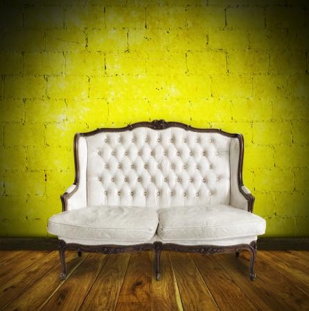 Retro-Sofa in bunten Raum, Interieur-Details