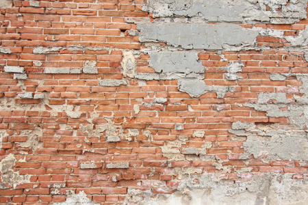 Alte Mauer aus roten Ziegeln und weißer Brayed und Cracked Old Paint. Rot, Terrakotta und weißer Backstein-Hintergrund. Alte Mauer für Hintergrund, Design, Design und Vorlage.