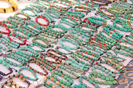 Bracelets turquoise stone on the market in India, Anjuna. Gift souvenir India Tibet Bazaar. Imagens