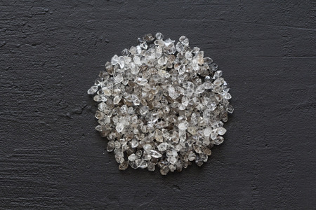 Scattered diamonds on a black background. Raw diamonds and mining, a scattering of natural diamond stones. Graphite quartz. Natural stones and minerals. A mountain or a pile of stones. Copy space. Foto de archivo - 121995046