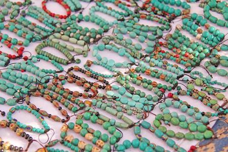 Bracelets turquoise stone on the market in India, Anjuna. Gift souvenir India Tibet Bazaar. 免版税图像