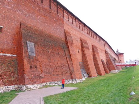 Wall and Tower of the Red and Terracotta Bricks. The Kremlin wall in Kolomna, Russia. 스톡 콘텐츠