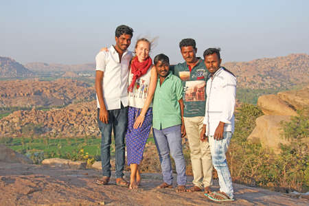 India, Hampi, January 31, 2018. Men Hindus are photographed with a European girl with fair skin and blond hair. Andjaneya Hill, Hanuman Temple. Publikacyjne