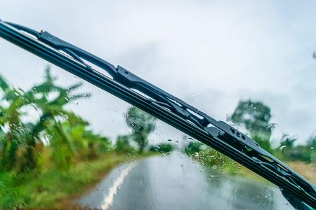 rijden door de regen, focus op de wisser en voorruit
