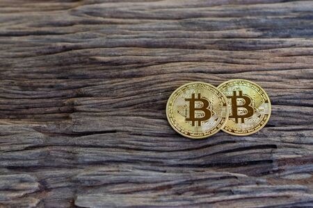 Digital currency physical metal bitcoin coin on the old wooden table Foto de archivo - 126792256