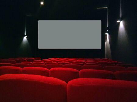 Asientos rojos cómodos vacíos en el cine. Foto de archivo