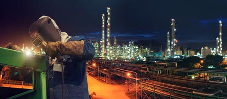 Pracownik przemysłowych w fabryce spawania