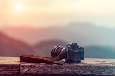 Voyage photographe équipement avec beau paysage sur le fond, Voyages et Relax Concept.