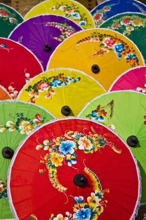 Parapluies color�s de fond. Banque d'images - 12655997