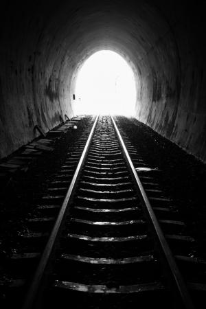 トンネル: 鉄道トンネルの終わりに光です。自然な照明