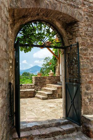 Vecchia porta di pietra del monastero di Praskvica, Celobrdo, Montenegro