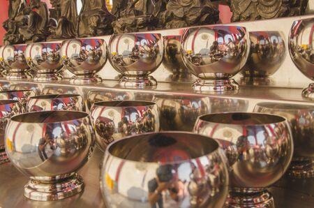 limosna: Fila cuenco de plata limosna en el templo