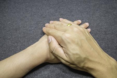 Maintenez les mains de la famille