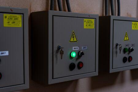 Panel de distribución en una caja metálica en la cerradura. Foto de archivo