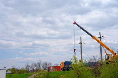 A crane loads blocks onto a machine 免版税图像