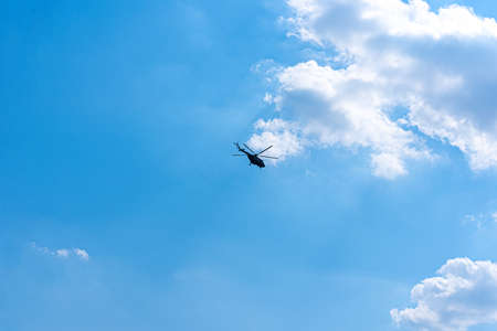 Helicopter flight across the sky Banque d'images