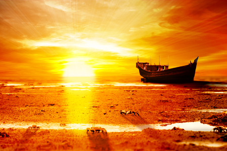 amanecer: horizonte de naranja por la tarde en la costa Foto de archivo