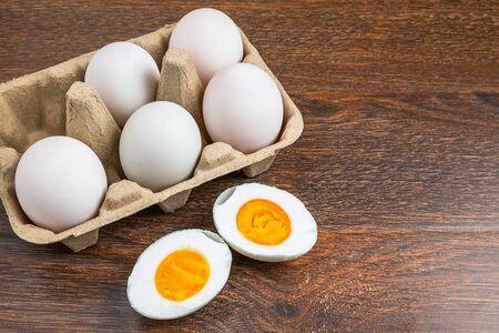 Oeufs de canard blanc et nourriture aux œufs salés sur une table en bois