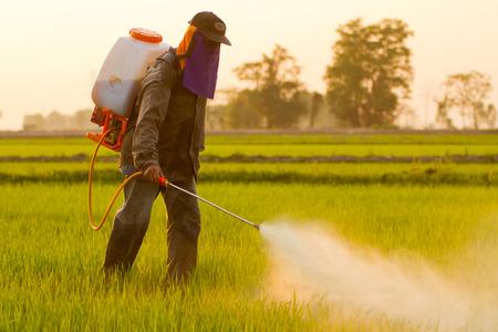 Farmer spuiten van pesticiden