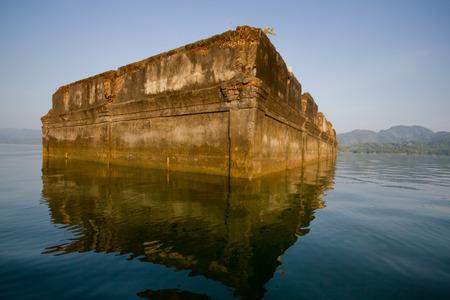 ahogarse: Iglesia Budista se ahogan en el agua de Kanchanaburi, Tailandia Foto de archivo
