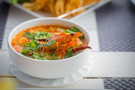 クリーミーなトム ヤム クン、タイの酸味とスパイシーなエビのスープ
