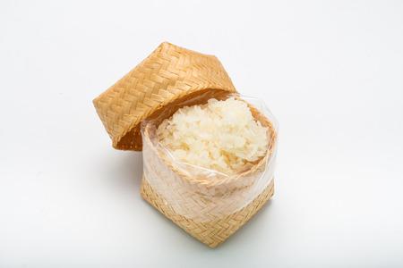 arroz pegajoso tailandés en un bambú de madera sobre fondo blanco