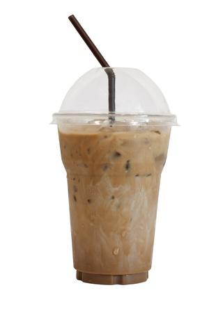 envases plasticos: Caf� helado con paja en el vaso de pl�stico aisladas sobre fondo blanco Foto de archivo