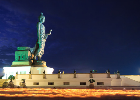 Buddha Statue Candle lit in lent day at Phutthamonthon in Thailand.  免版税图像