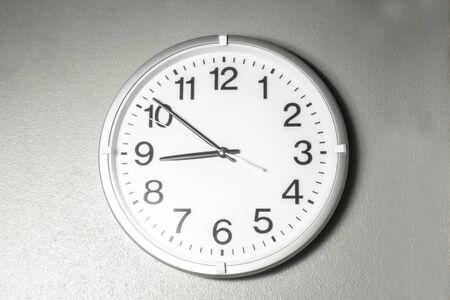 Czarno-biały zegar ścienny z cyframi