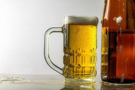 Cerveza y vasos de cerveza Fondo blanco gris
