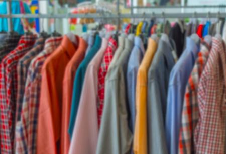 moda ropa: desenfocado, ropa de moda en percha Foto de archivo