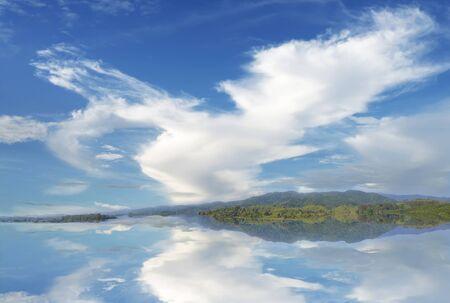cielo azul: cielo con nubes y el mar Foto de archivo